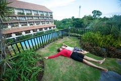 Giovani coppie che si rilassano nell'hotel Fotografie Stock Libere da Diritti