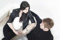 Giovani coppie che si ripartono su un sofà Fotografia Stock Libera da Diritti