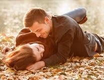 Giovani coppie che si riposano sorridere Fotografia Stock