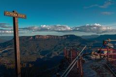 Giovani coppie che si siedono alle montagne blu Australi dell'allerta della montagna Immagine Stock