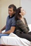 Giovani coppie che si siedono di nuovo alla parte posteriore nella camera di albergo Fotografia Stock