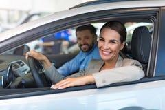 Giovani coppie che si siedono in un'automobile Fotografia Stock Libera da Diritti