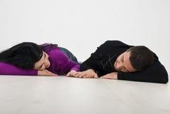 Giovani coppie che si trovano e che tengono le mani Fotografia Stock Libera da Diritti