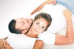 Giovani coppie che si trovano insieme sul pavimento Fotografia Stock Libera da Diritti