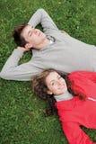 Giovani coppie che si trovano nell'erba Fotografia Stock