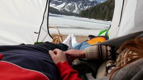Giovani coppie che si trovano nella tenda video d archivio