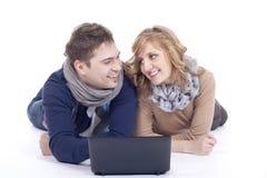 Giovani coppie che si trovano sul pavimento Fotografia Stock