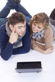 Giovani coppie che si trovano sul pavimento Immagine Stock Libera da Diritti