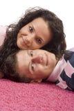 Giovani coppie che si trovano sulla moquette dentellare immagini stock libere da diritti