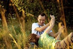 Giovani coppie che si trovano in un parco Immagini Stock