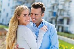 Giovani coppie che sorridono all'aperto fotografia stock libera da diritti