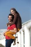 Giovani coppie che sorridono e che si divertono all'aperto Fotografie Stock Libere da Diritti