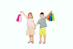 Giovani coppie che sostengono i sacchetti della spesa. immagini stock libere da diritti