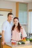 Giovani coppie che stanno dietro il contatore di cucina Fotografie Stock