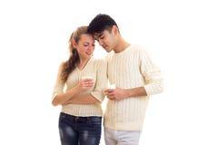 Giovani coppie che tengono le tazze bianche Fotografia Stock