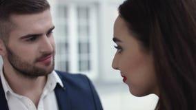 Giovani coppie che tostano champagne in ristorante datare Giovane e donna sulla cena romantica che beve al ristorante Fotografia Stock