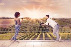 Giovani coppie che tostano in una vigna all'alba Fotografie Stock