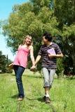 Giovani coppie che vanno seguendo una riga della ferrovia Fotografia Stock Libera da Diritti