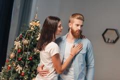 Giovani coppie a christmastime fotografia stock