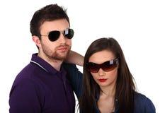 Giovani coppie con gli occhiali da sole fotografie stock libere da diritti