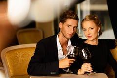 Giovani coppie con i bicchieri di vino Fotografia Stock Libera da Diritti