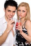 Giovani coppie con i cocktail. Isolato Immagini Stock Libere da Diritti