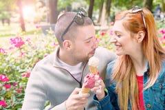 Giovani coppie con i coni gelati Fotografia Stock Libera da Diritti