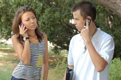 Giovani coppie con i mobiles immagini stock libere da diritti