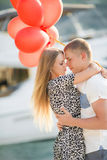 Giovani coppie con i palloni colourful in città Fotografia Stock