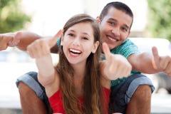 Giovani coppie con i pollici in su Immagine Stock Libera da Diritti