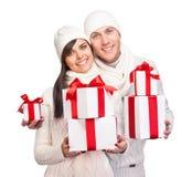 Giovani coppie con i regali di natale Immagini Stock Libere da Diritti