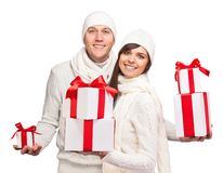 Giovani coppie con i regali di natale Immagine Stock