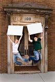 Giovani coppie con i segni 2 Fotografia Stock