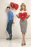 Giovani coppie con i segni del biglietto di S. Valentino Fotografia Stock