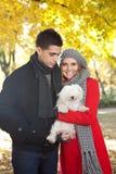 Giovani coppie con il cane immagini stock libere da diritti