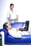 Giovani coppie con il computer portatile Fotografia Stock