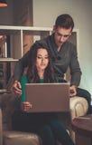 Giovani coppie con il computer portatile Immagini Stock Libere da Diritti