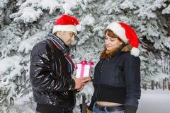 Giovani coppie con il contenitore di regalo Immagini Stock Libere da Diritti