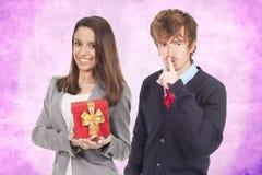 Giovani coppie con il regalo Fotografie Stock Libere da Diritti