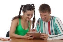 Giovani coppie con il ridurre in pani del calcolatore Immagine Stock