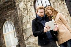 Giovani coppie con la compressa Fotografia Stock Libera da Diritti