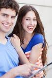 Giovani coppie con la compressa digitale Fotografia Stock