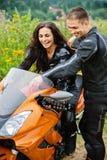 Giovani coppie con la motocicletta Fotografia Stock Libera da Diritti