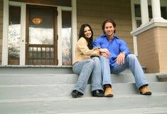 Giovani coppie con la nuova casa Fotografie Stock