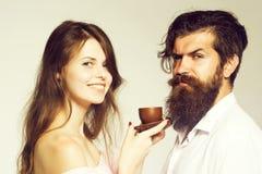 Giovani coppie con la tazza di caff? fotografia stock libera da diritti