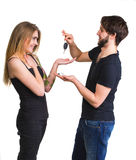 Giovani coppie con le chiavi dell'automobile Immagini Stock Libere da Diritti