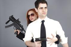 Giovani coppie con le pistole immagini stock libere da diritti