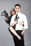 Giovani coppie con le pistole immagini stock