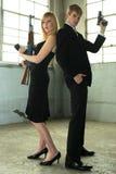 Giovani coppie con le pistole. fotografia stock