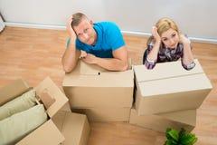 Giovani coppie con le scatole di cartone immagine stock